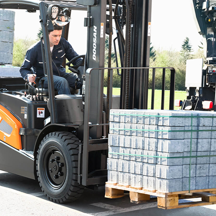 Doosan 9 Series Pallette Loading - KS Lift Trucks